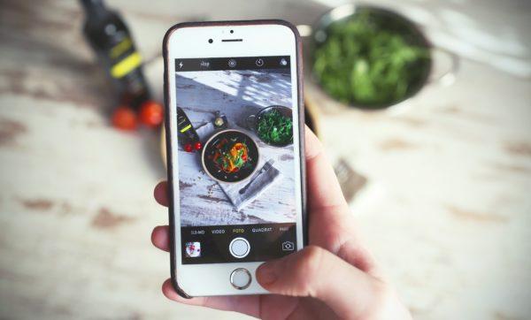 Influencer macht Foto von gesundem Essen